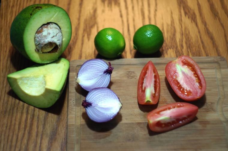 1- Abacate . 2- Tomate . 3- Cebola roxa . 4- Limão