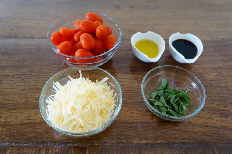 1- Mini Tomate Italiano . 2- Queijo Parmesão Ralado . 3- Manjericão . 4- Azeite . 5- Aceto Balsâmico